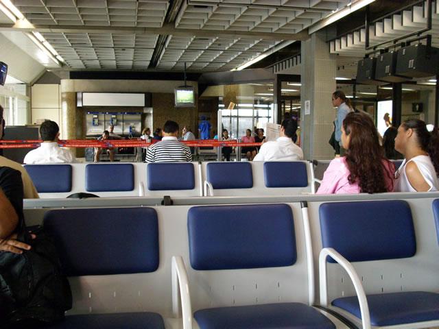 Sala de espera en aeropuerto de Guarulhos, San Pablo