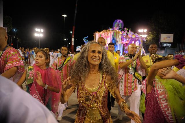 Maria Bethania desfilando con Mangueira