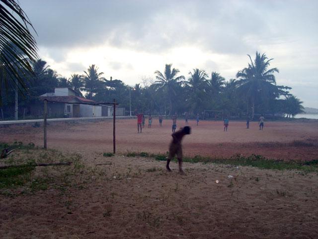 fútbol en la aldea indígena al atardecer