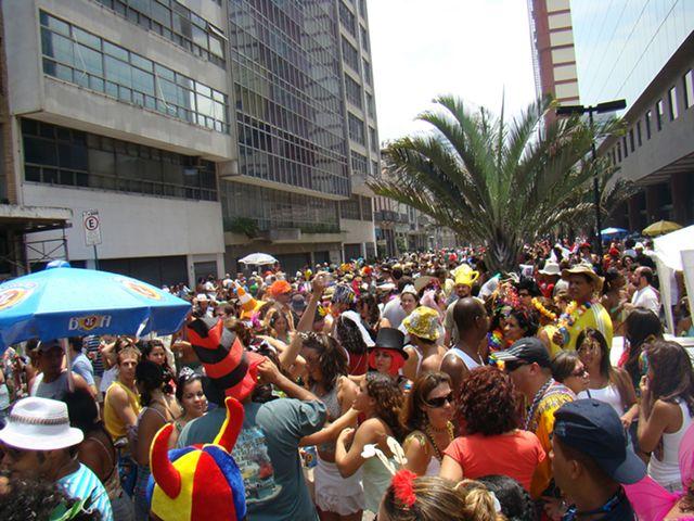 Cordão do Boitatá desfilando en el centro de Río