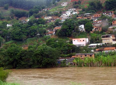 Casas a orillas de ríos crecidos cerca de Río de Janeiro