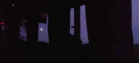 Cae la noche y sale la luna en las ventanillas del ómnibus