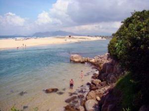 Playa de Guarda do Embaú desde acceso a la Prainha