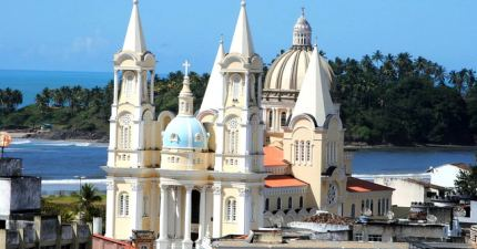 Vista de Catedral de Ilhéus con Morro de Pernambuco al fondo